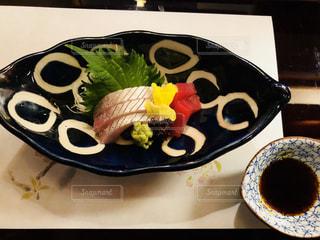 テーブルの上に食べ物の刺身の写真・画像素材[1042455]