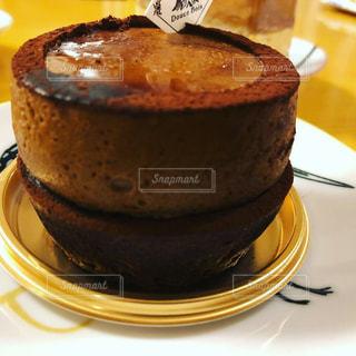 近くに皿の上のケーキのスライスのアップの写真・画像素材[1606966]