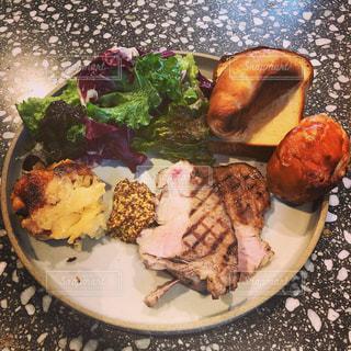 テーブルの上に食べ物のプレートの写真・画像素材[1667065]
