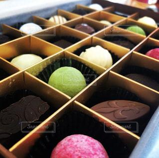 チョコレートでいっぱいのボックスの写真・画像素材[1673359]
