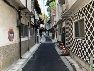 建物の側面に建物がある狭い街の通りの写真・画像素材[2097506]