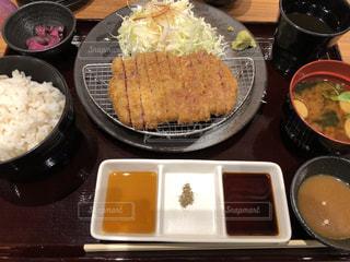 テーブルの上の食べ物のボウルの写真・画像素材[2883220]