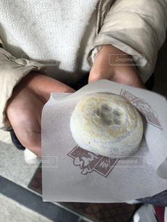 梅ヶ枝饅頭を食べる女性の写真・画像素材[2943529]