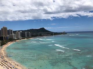 水域の隣のビーチの眺めの写真・画像素材[3025642]