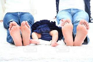 ベッドに横になって家族写真の写真・画像素材[784277]