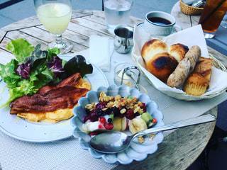 テーブルの皿の上に食べ物の写真・画像素材[784278]