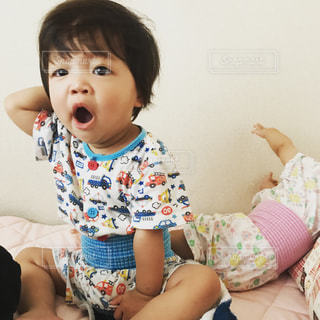 寝起きの息子と寝相の悪い娘の写真・画像素材[784453]
