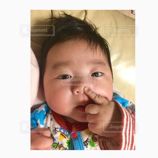 小さな男の子が赤ん坊を保持 - No.790830