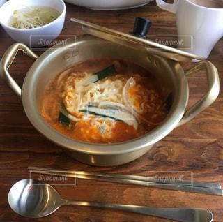 テーブルにあるスープのボウルの写真・画像素材[1113508]