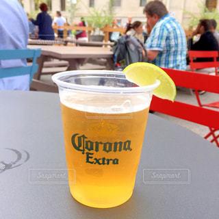 コーヒーやビール、テーブルの上のガラスのカップ - No.788899