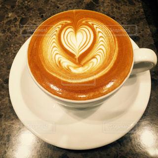 近くにプレートの上にコーヒー カップのアップの写真・画像素材[802340]