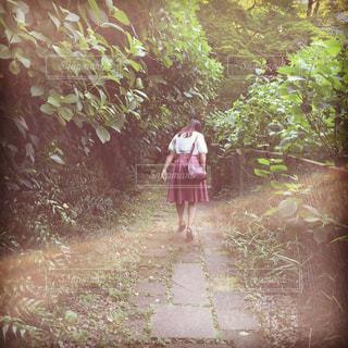 未舗装の道路を歩く人の写真・画像素材[802341]