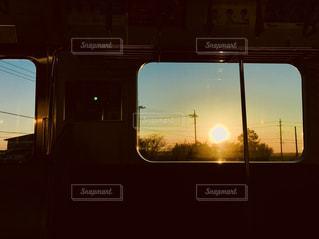 電車内で見た夕日の写真・画像素材[1010299]