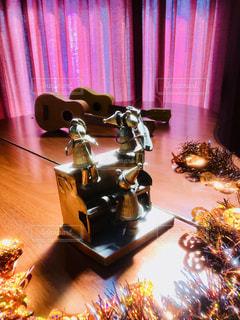 テーブルの上の花の花瓶の写真・画像素材[801767]