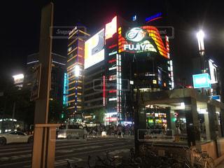 夜のライトアップされた街の写真・画像素材[785974]