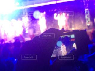 ステージを撮影している手の写真・画像素材[785975]