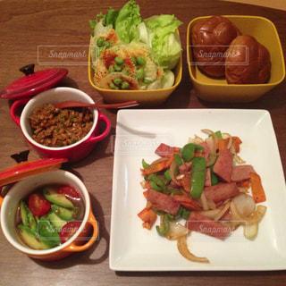 テーブルの上に食べ物の種類でいっぱいのボックス - No.786180