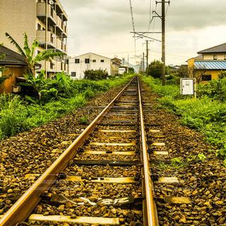 鋼のトラックに大きな長い列車の写真・画像素材[786147]