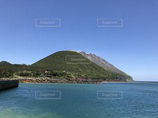 水の体の真ん中に島の写真・画像素材[786211]