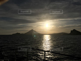 水の体に沈む夕日の写真・画像素材[786213]