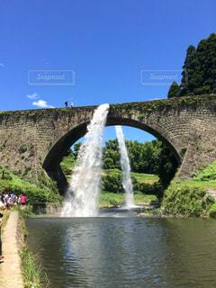水の体の上を橋を渡る列車の写真・画像素材[786243]