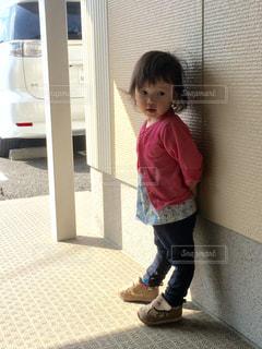 立っている小さな女の子 - No.786322