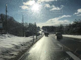 近くの雪に覆われた道路の写真・画像素材[1680568]