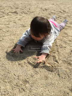 砂の中に立っている小さな男の子の写真・画像素材[786646]
