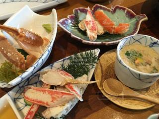 テーブルの上に食べ物のプレートの写真・画像素材[786590]