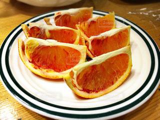 ブラッドオレンジのプレートの写真・画像素材[1062443]