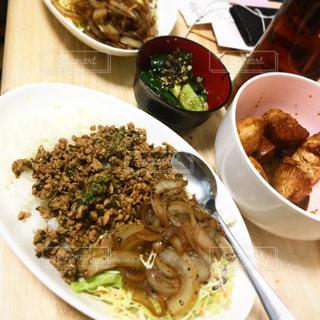 ガパオライスのある夕食の写真・画像素材[1020951]