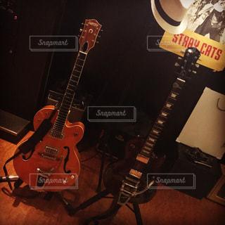 近くにギターのアップの写真・画像素材[788054]