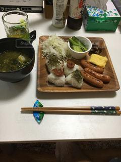 テーブルの上に食べ物のトレイ - No.788081