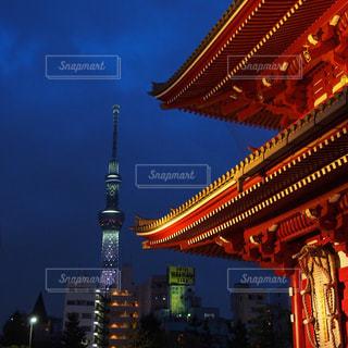 浅草寺から見えるスカイツリーの写真・画像素材[802233]