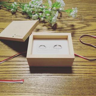 テーブルの上の結婚指輪 - No.788445