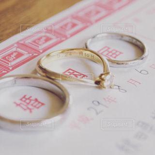 婚姻届の上に結婚指輪の写真・画像素材[788446]