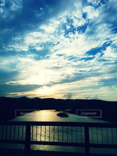 川に沈む夕日の写真・画像素材[793685]