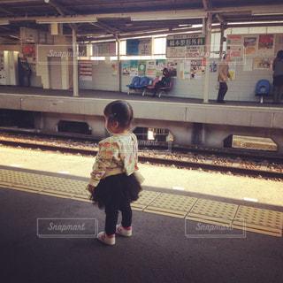 駅のホームで電車待つの写真・画像素材[788828]