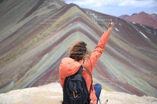 山の前に立っている人の写真・画像素材[902746]