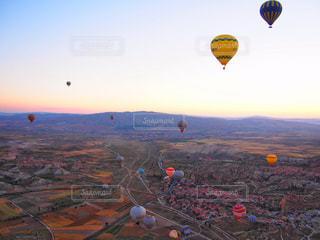 空中に凧の飛行の人々 のグループの写真・画像素材[913984]