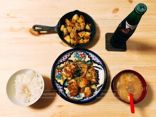 テーブルの上に食べ物のプレートの写真・画像素材[1521925]