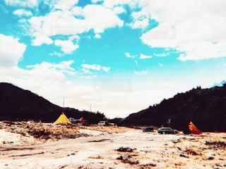 背景の山とビーチの写真・画像素材[1522142]