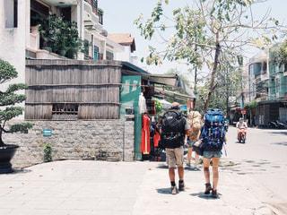歩道を歩いている人のグループの写真・画像素材[1522146]