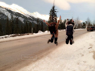 雪の側をスケート ボードに乗って人が斜面をカバーの写真・画像素材[1534145]