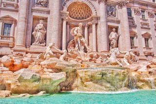 トレビの泉の前でディスプレイ上のぬいぐるみの動物のグループの写真・画像素材[1534166]