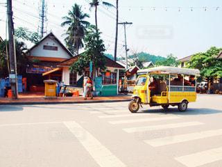 黄色のバス通りを運転の写真・画像素材[1534210]