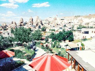 赤い傘と都市のビューの写真・画像素材[1534231]