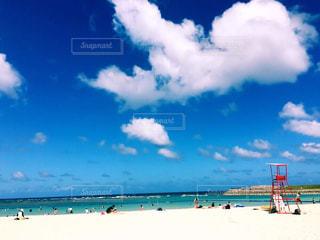 水の体の横にある砂浜のビーチの写真・画像素材[1542769]