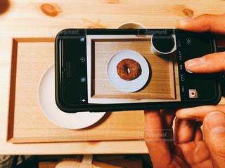 電子レンジを持っている手の写真・画像素材[1567246]