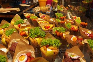 近くにテーブルの上に食べ物の多くの異なる種類のの写真・画像素材[1587089]